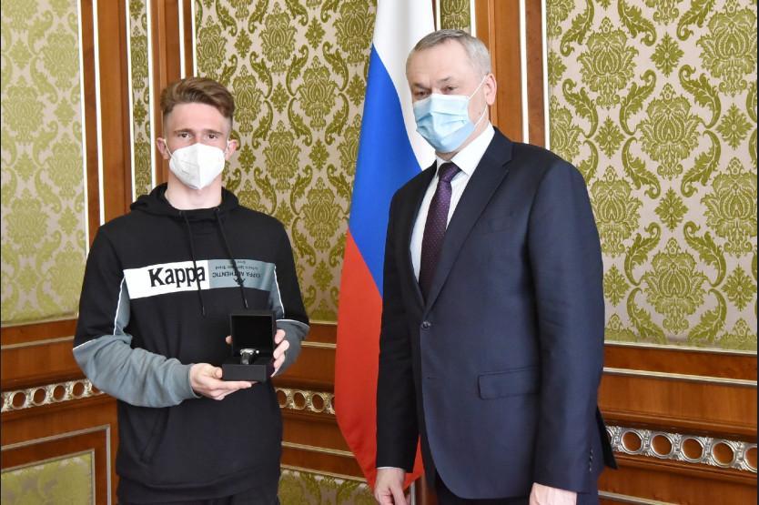 фото Новосибирский биатлонист-чемпион Денис Иродов получил памятные подарки от губернатора Травникова 2