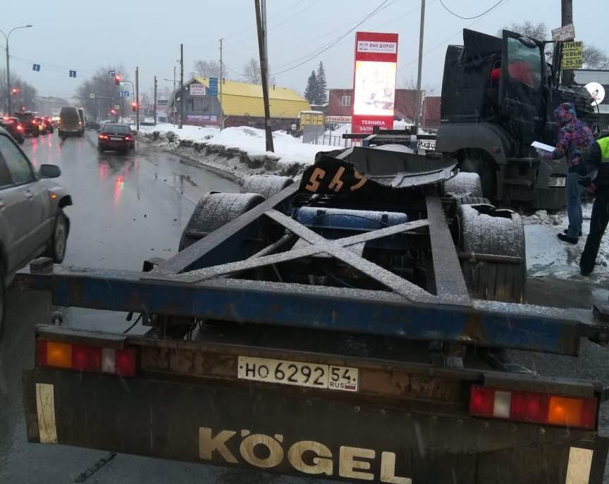 Фото Сломал рёбра, когда падал из кабины в сугроб: стали известны подробности ДТП на Мочищенском шоссе 2