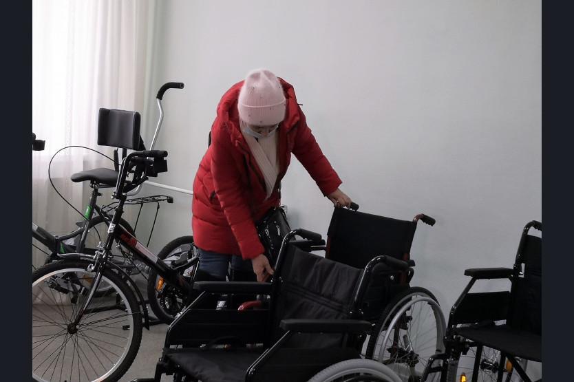 фото В каждом районе Новосибирской области появятся пункты проката колясок и костылей для инвалидов 3