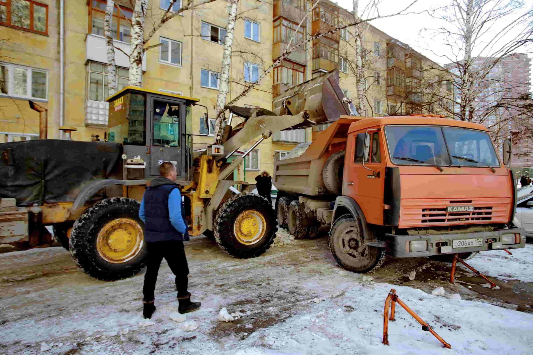 Фото Локоть дал две недели на вывоз снега из дворов в Новосибирске 3