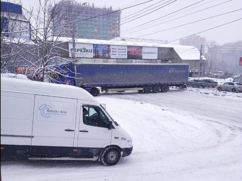 фото В Новосибирске фура полностью перекрыла движение по Большевичке 2