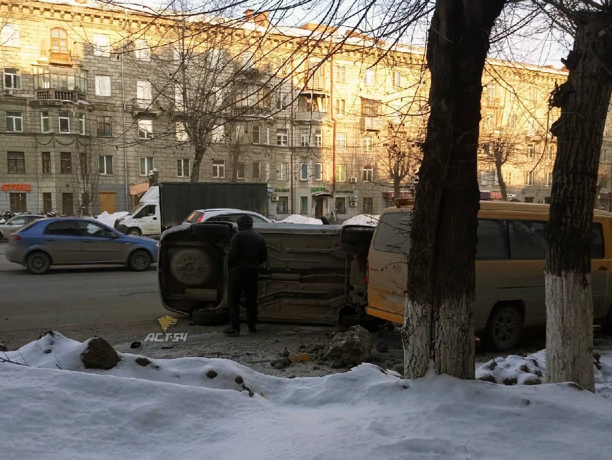фото Lada перевернулась и влетела в микроавтобус в Новосибирске 2