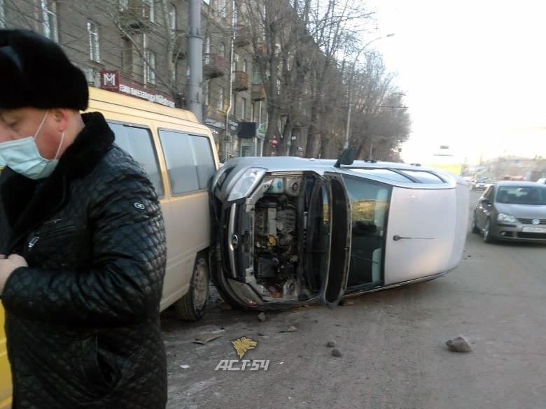 фото Lada перевернулась и влетела в микроавтобус в Новосибирске 3