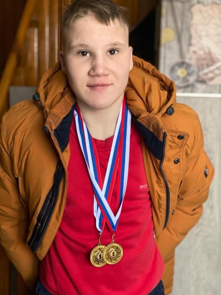 Фото «От страха закрывал уши и падал на пол»: новосибирская семья усыновила неизлечимо больного мальчика и сделала его паралимпийским чемпионом 4