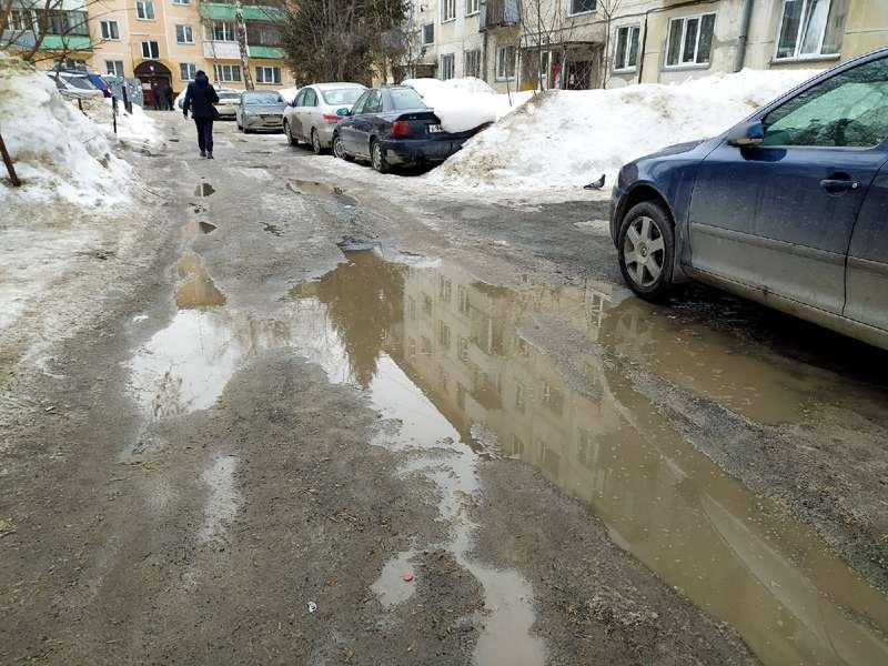 фото Какая отвратительная лужа: дворы и улицы Новосибирска утонули в талой каше 8