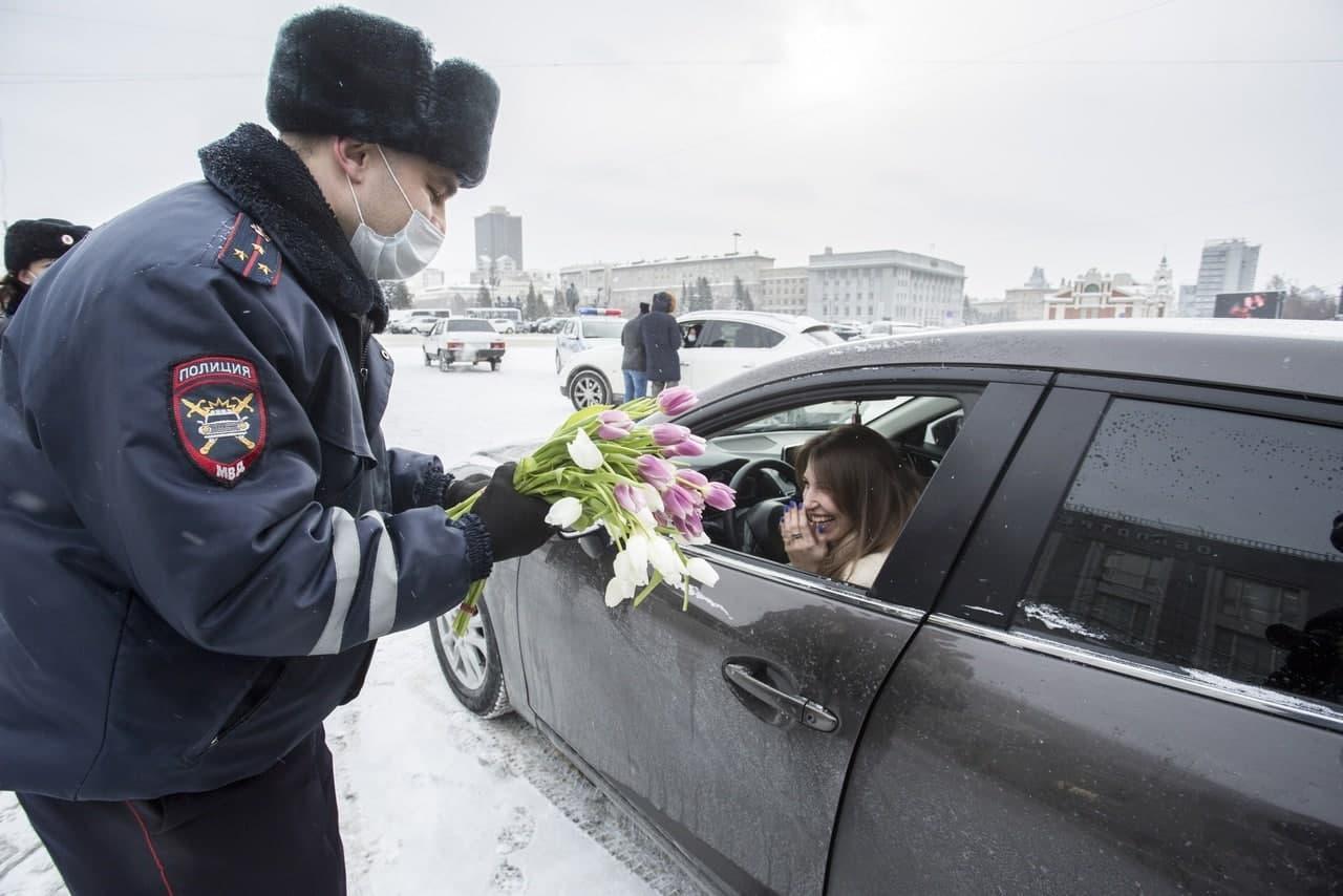 фото «Ой, как приятно!»: смотрим на счастливых сибиярчек, которых тормозили инспекторы с тюльпанами 10