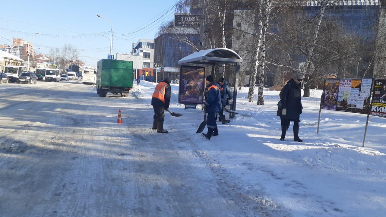 Фото В заваленном снегом Омске скорые уже не могут проехать во дворы 2