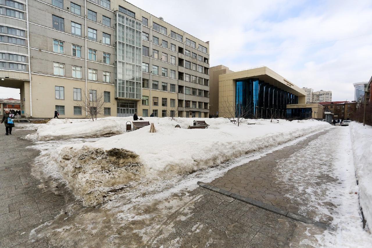 Фото Грязная весна в Новосибирске: 10 ужасающих фото улиц и дворов города 6