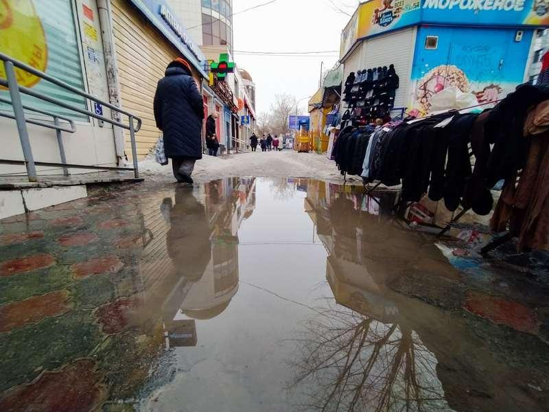 фото Какая отвратительная лужа: дворы и улицы Новосибирска утонули в талой каше 4