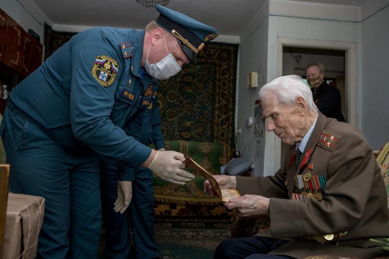 Фото Сотрудники МЧС поздравили с 75-летием Победы фронтовиков и тружеников тыла в Новосибирске 5