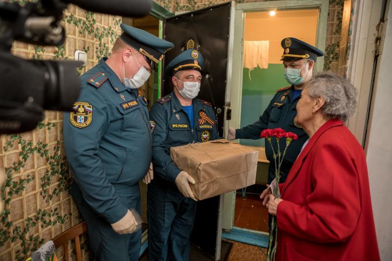Фото Сотрудники МЧС поздравили с 75-летием Победы фронтовиков и тружеников тыла в Новосибирске 4