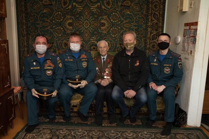 Фото Сотрудники МЧС поздравили с 75-летием Победы фронтовиков и тружеников тыла в Новосибирске 6