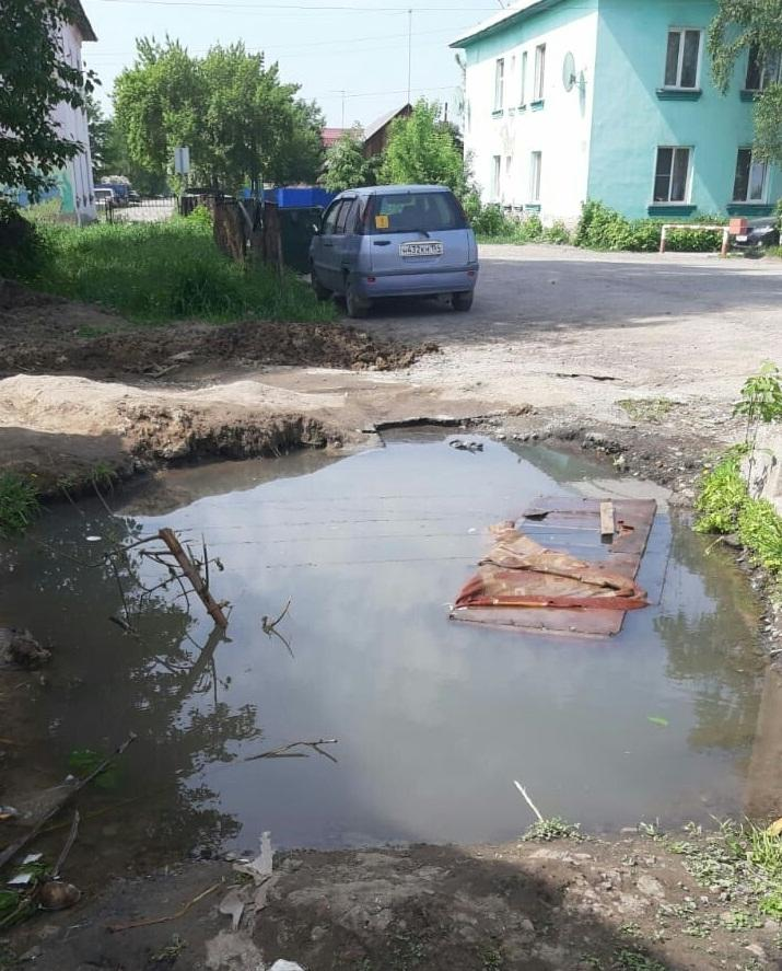Фото «Двоих детей уже оттуда доставали»: жители Оби пожаловались на опасную коммунальную яму 2