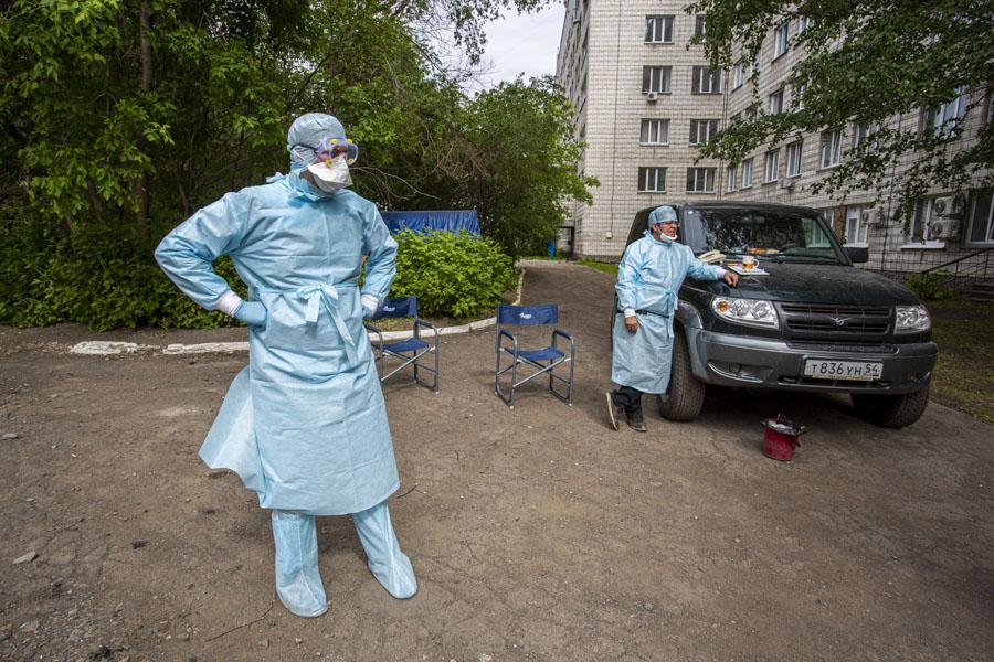 фото «Тяжёлых без очереди»: фоторепортаж из приёмного отделения коронавирусного госпиталя в Новосибирске 9