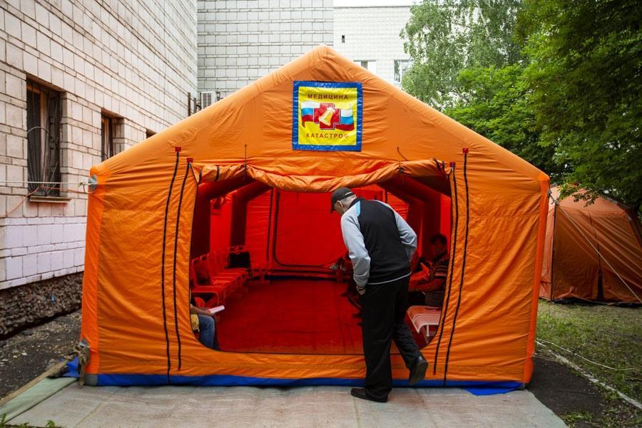 фото «Тяжёлых без очереди»: фоторепортаж из приёмного отделения коронавирусного госпиталя в Новосибирске 8