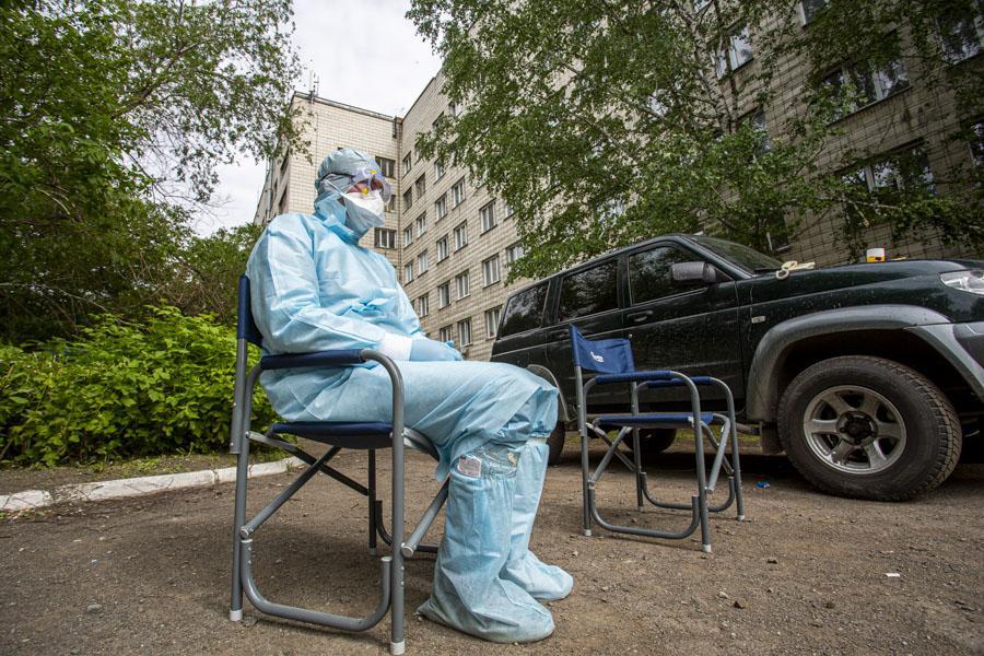 фото «Тяжёлых без очереди»: фоторепортаж из приёмного отделения коронавирусного госпиталя в Новосибирске 15