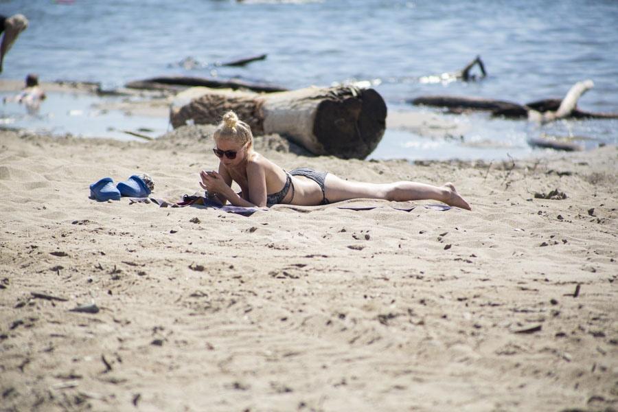 фото На пляже перед бурей: новосибирцы массово нарушили режим самоизоляции и отправились переждать жару у воды 9