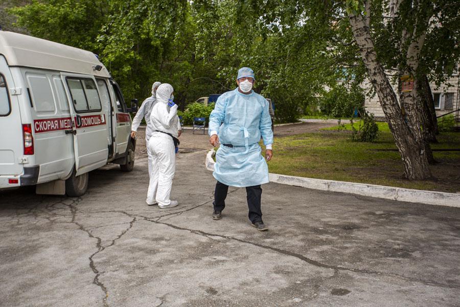 фото «Тяжёлых без очереди»: фоторепортаж из приёмного отделения коронавирусного госпиталя в Новосибирске 11