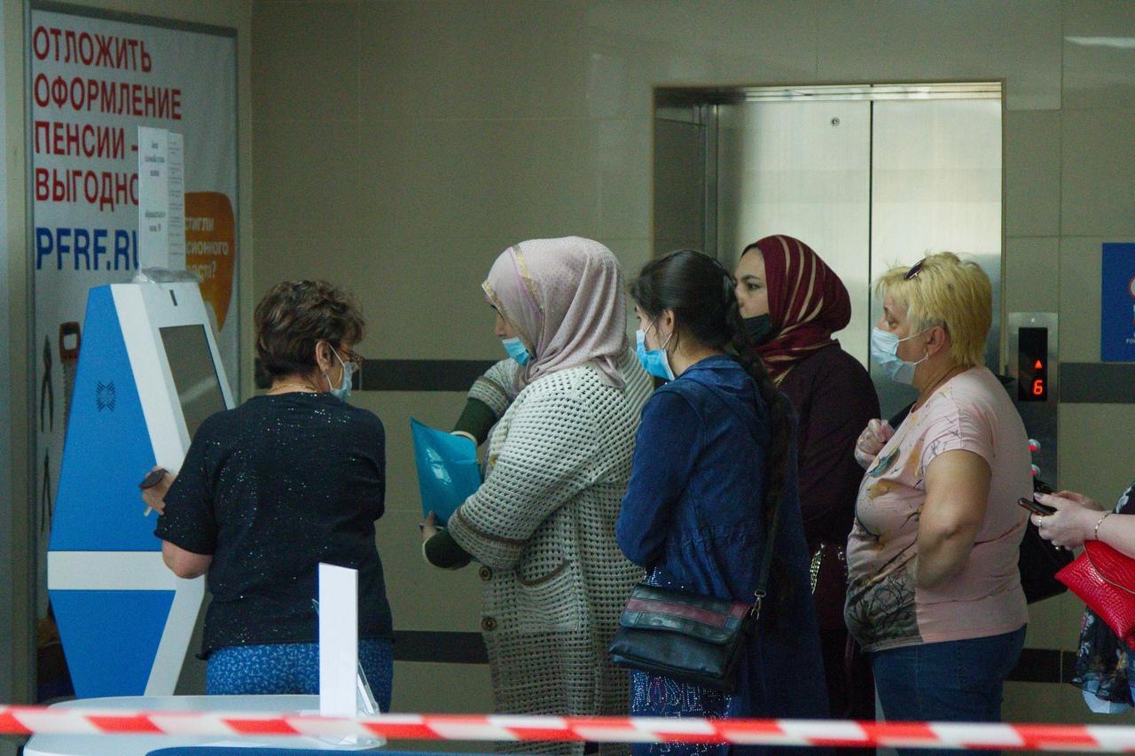 фото Послали на пять букв: сибиряки выстроились в огромные очереди за СНИЛС, чтобы получить 10 тысяч на ребёнка 4