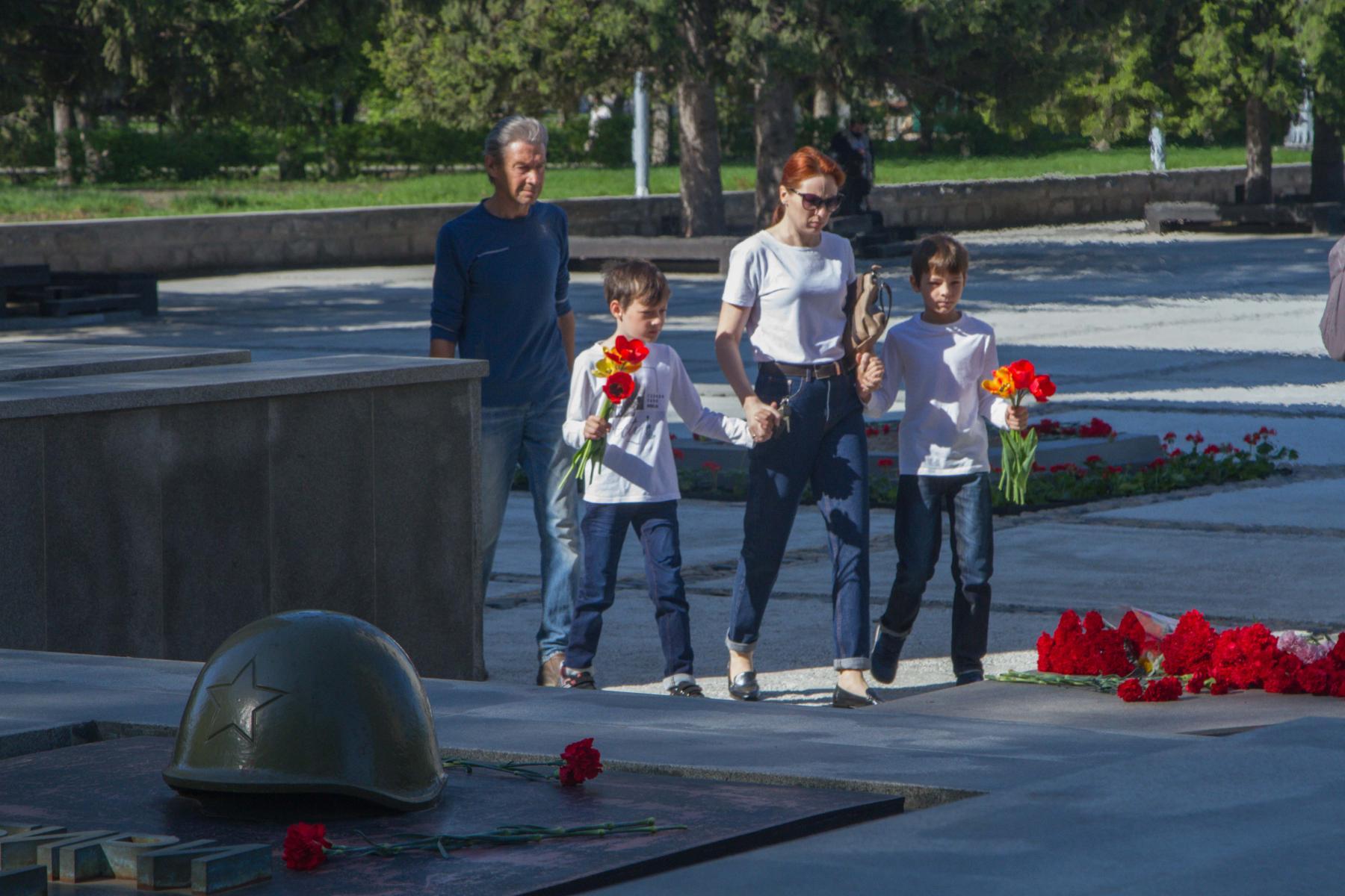 Фото Новосибирцы 9 мая идут к Вечному огню, несмотря на коронавирус 8