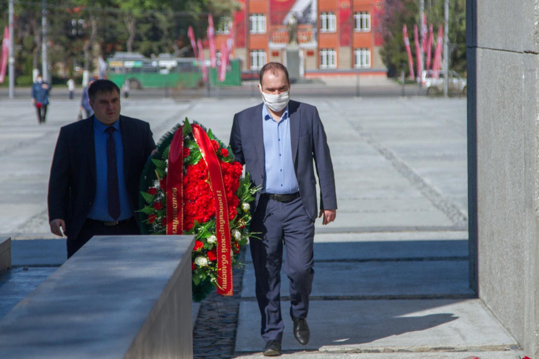 Фото Новосибирцы 9 мая идут к Вечному огню, несмотря на коронавирус 9