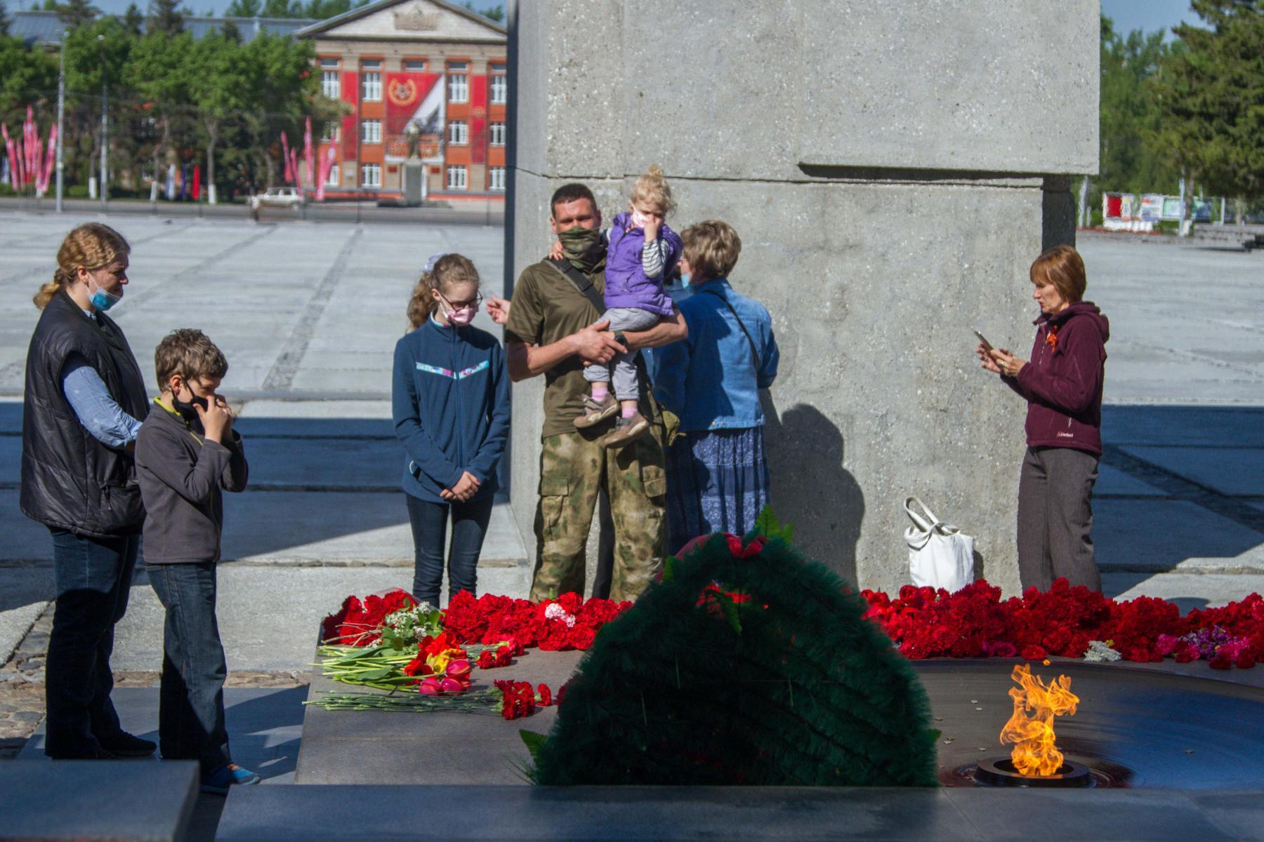Фото Новосибирцы 9 мая идут к Вечному огню, несмотря на коронавирус 2