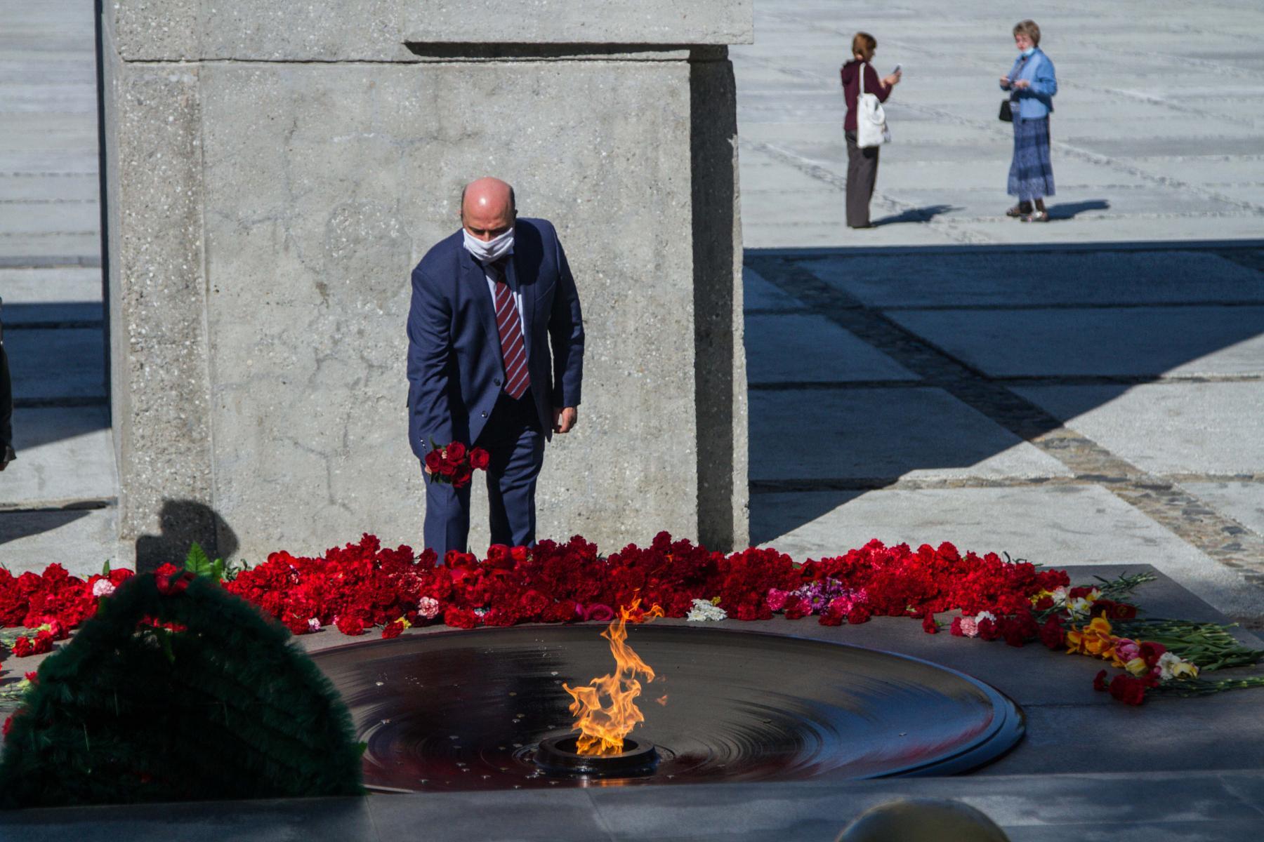 Фото Новосибирцы 9 мая идут к Вечному огню, несмотря на коронавирус 10