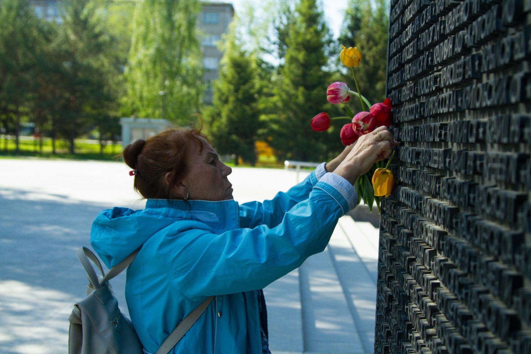 Фото Новосибирцы 9 мая идут к Вечному огню, несмотря на коронавирус 4