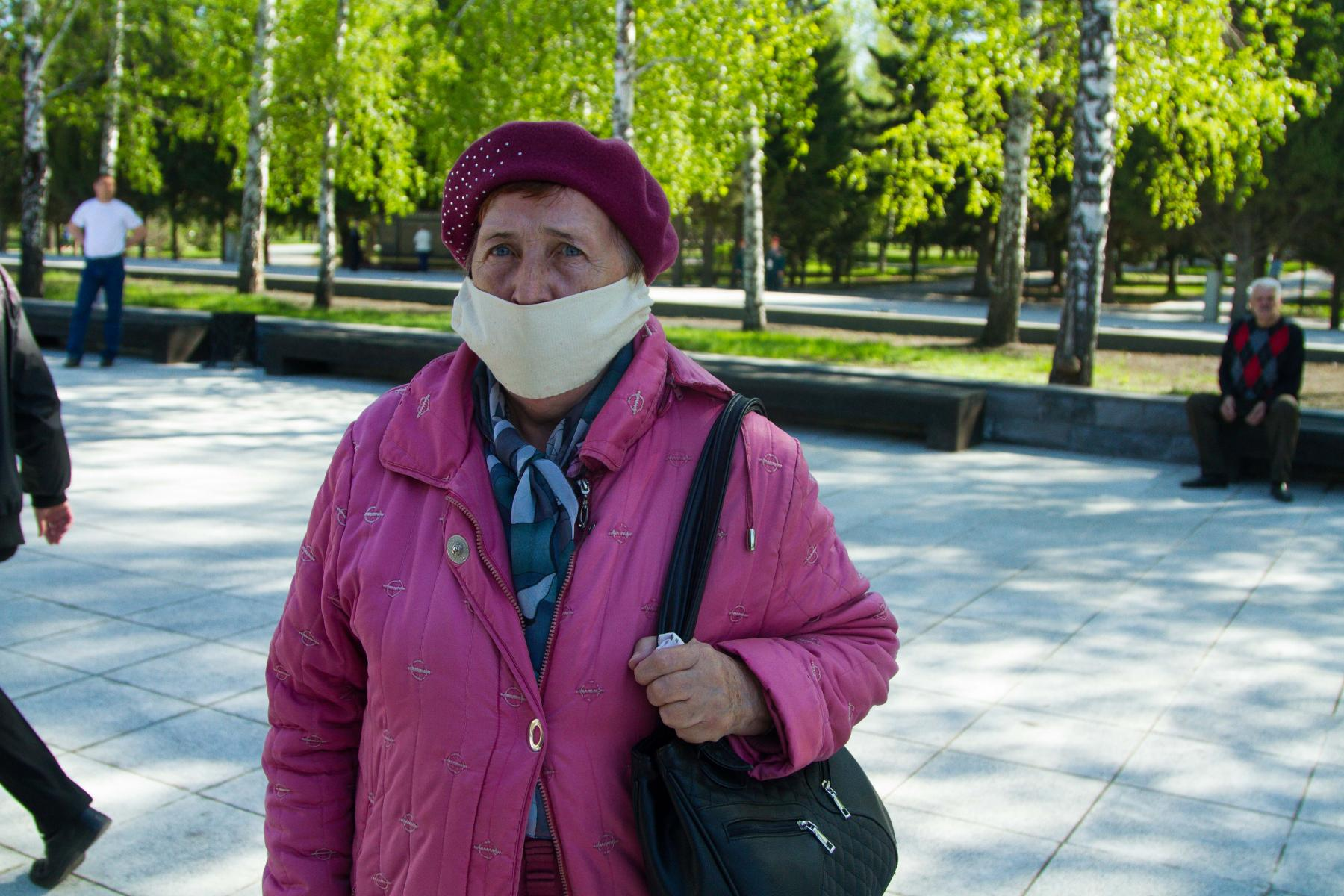 Фото Новосибирцы 9 мая идут к Вечному огню, несмотря на коронавирус 11