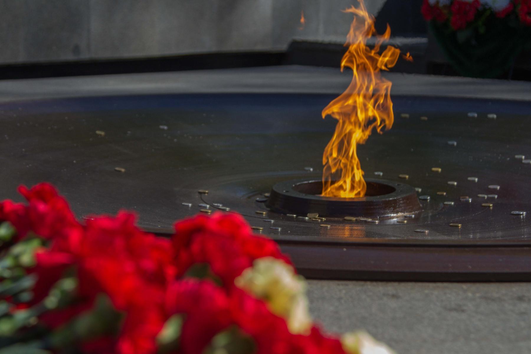 Фото Новосибирцы 9 мая идут к Вечному огню, несмотря на коронавирус 3