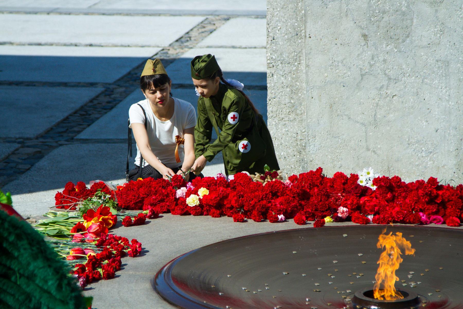 Фото Новосибирцы 9 мая идут к Вечному огню, несмотря на коронавирус 7