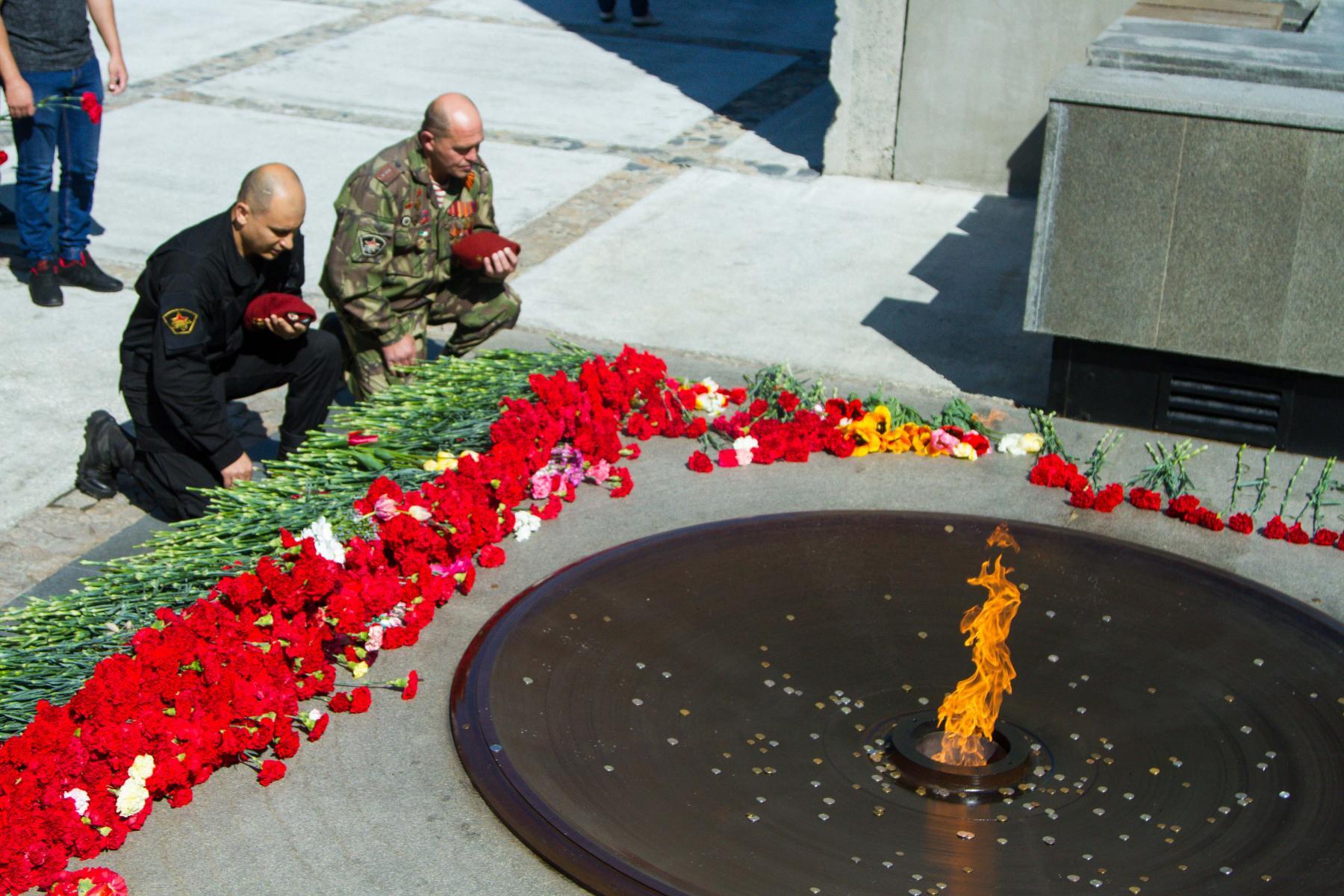 Фото Новосибирцы 9 мая идут к Вечному огню, несмотря на коронавирус 6