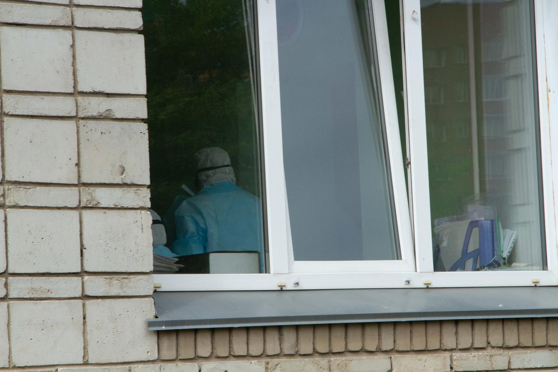 фото «Тяжёлых без очереди»: фоторепортаж из приёмного отделения коронавирусного госпиталя в Новосибирске 5
