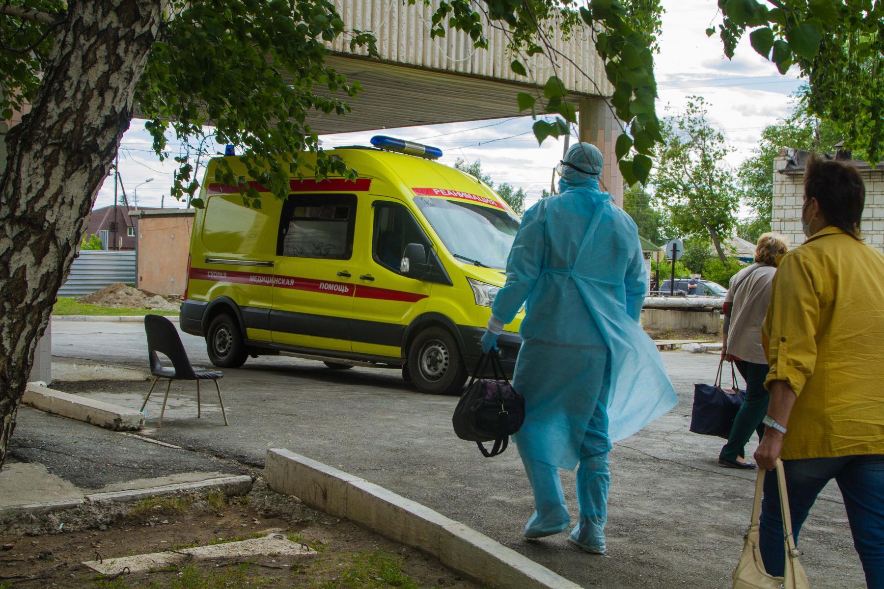 фото «Тяжёлых без очереди»: фоторепортаж из приёмного отделения коронавирусного госпиталя в Новосибирске 12