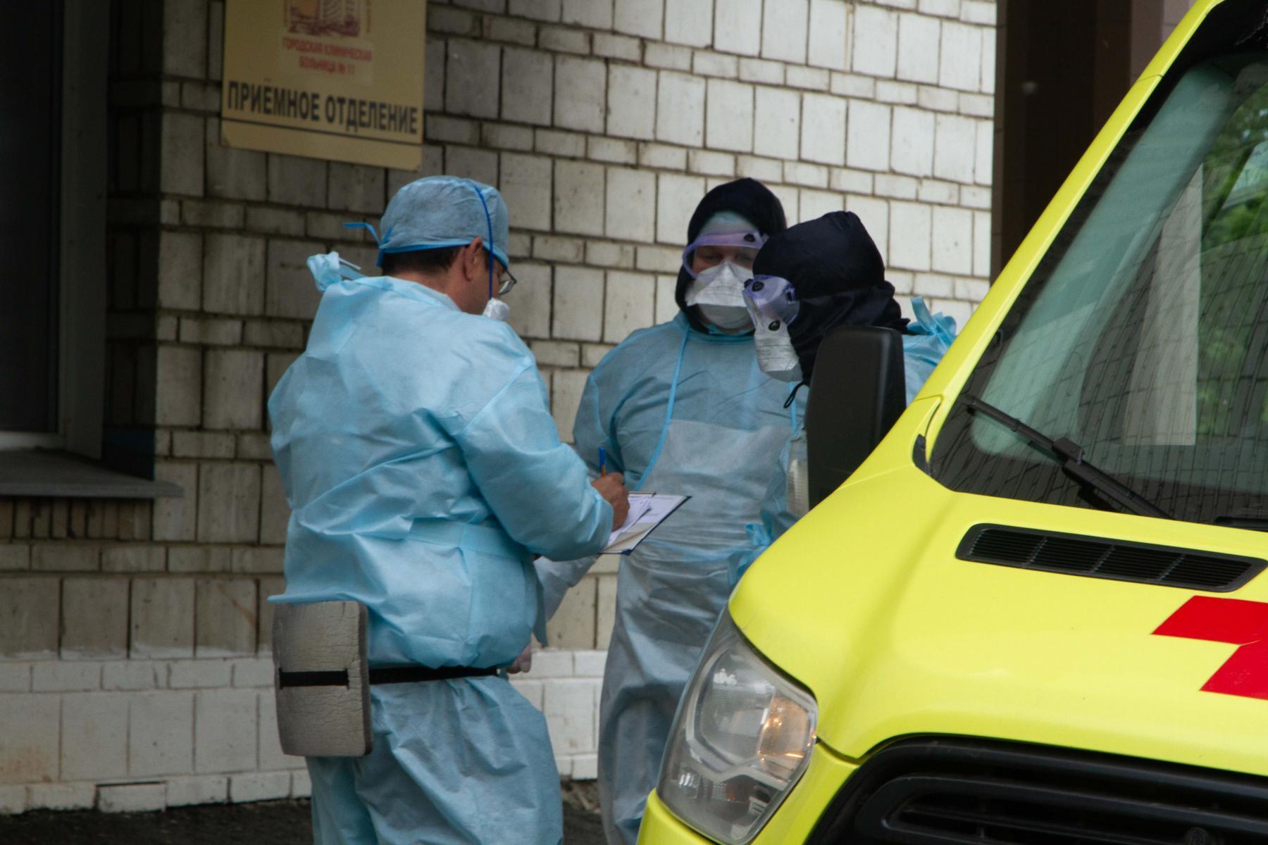 фото «Тяжёлых без очереди»: фоторепортаж из приёмного отделения коронавирусного госпиталя в Новосибирске 17