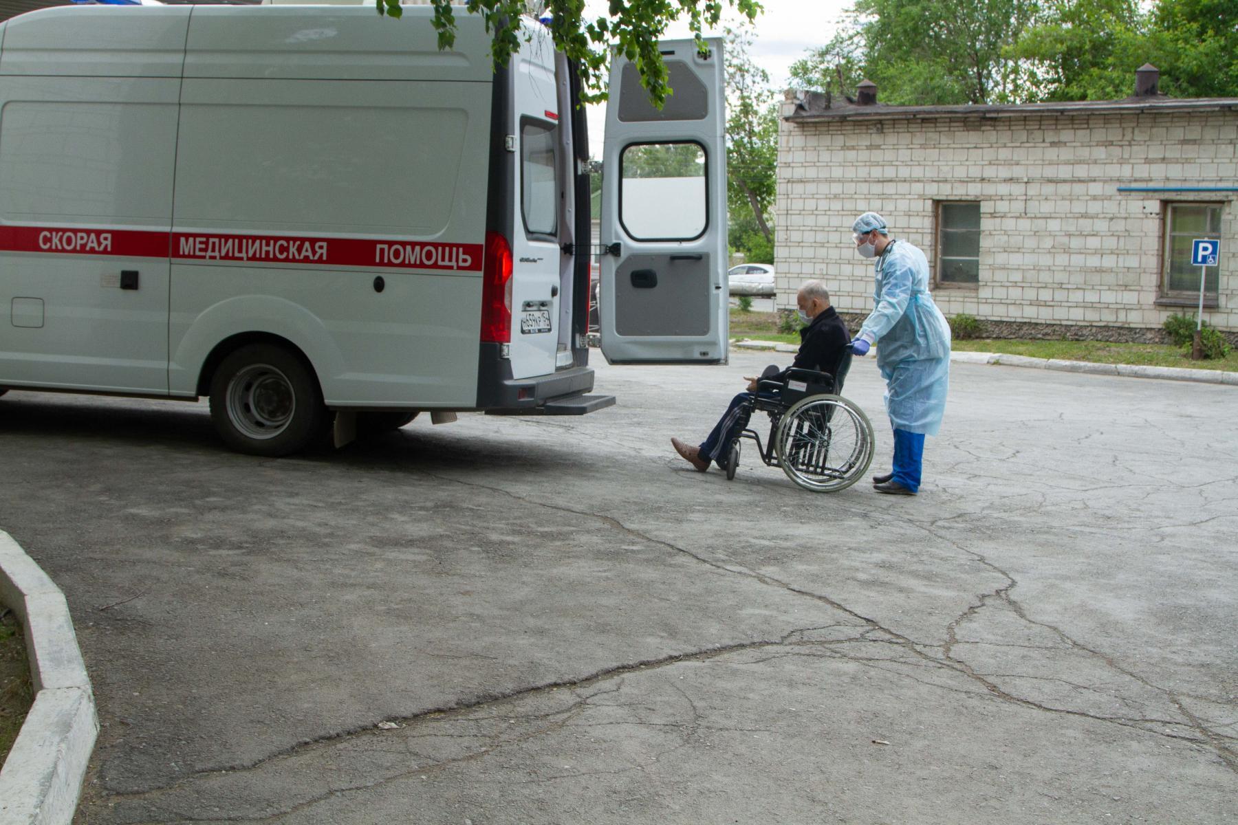 фото «Тяжёлых без очереди»: фоторепортаж из приёмного отделения коронавирусного госпиталя в Новосибирске 16