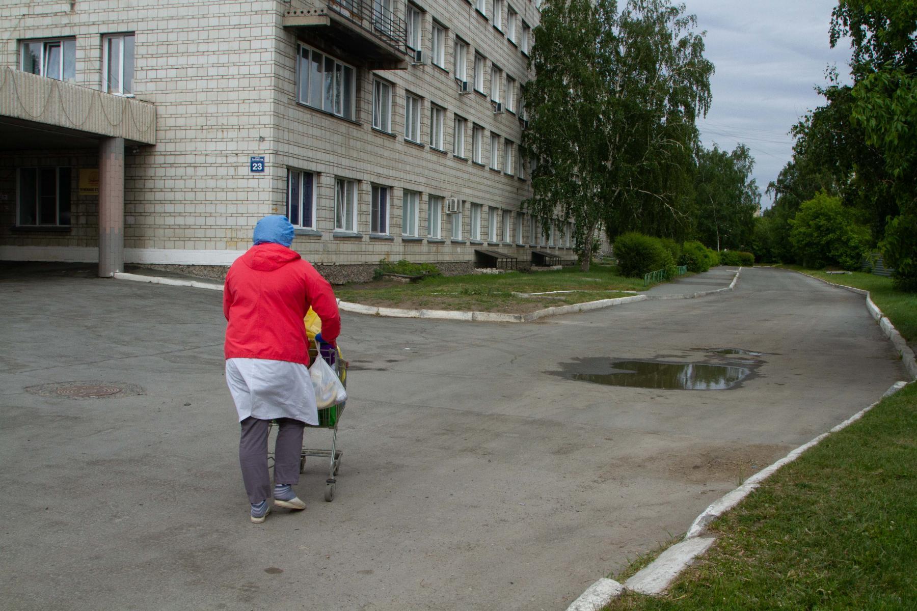 фото «Тяжёлых без очереди»: фоторепортаж из приёмного отделения коронавирусного госпиталя в Новосибирске 19