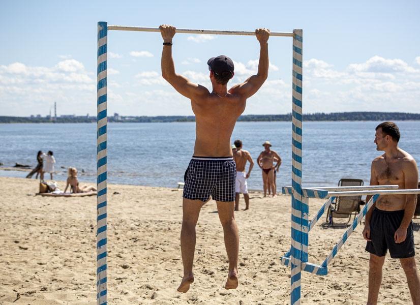 фото На пляже перед бурей: новосибирцы массово нарушили режим самоизоляции и отправились переждать жару у воды 5