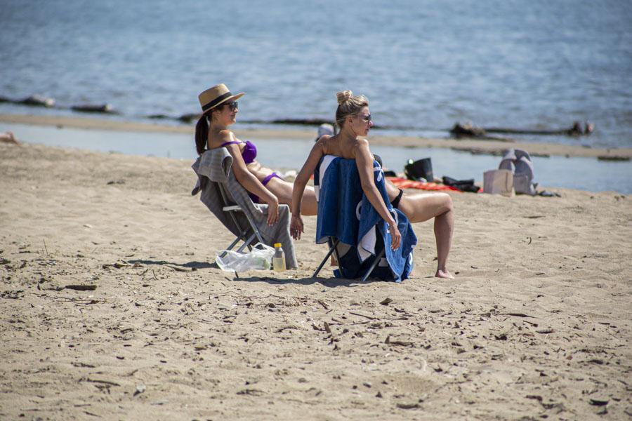 фото На пляже перед бурей: новосибирцы массово нарушили режим самоизоляции и отправились переждать жару у воды 6