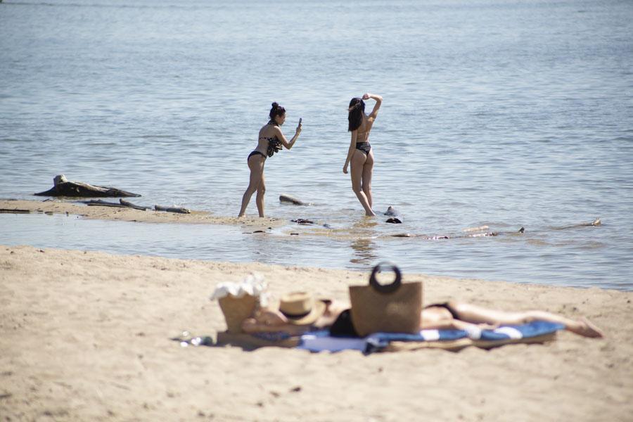 фото На пляже перед бурей: новосибирцы массово нарушили режим самоизоляции и отправились переждать жару у воды 4