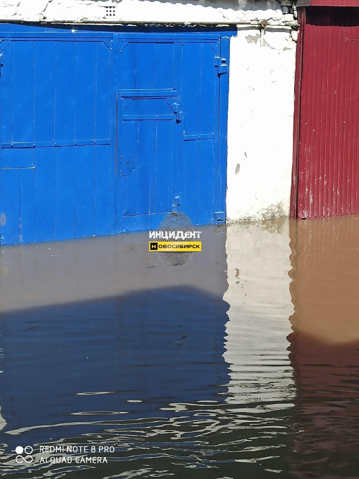 Фото Очередной горячий потоп в Новосибирске: досталось гаражам на Волочаевском жилмассиве 2