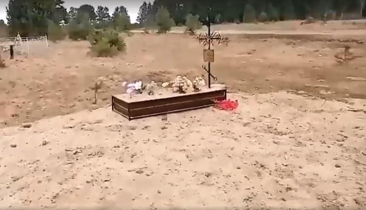 фото «Страшно то, что нельзя ничего исправить»: талая вода в Иркутской области размыла остатки кладбища 5
