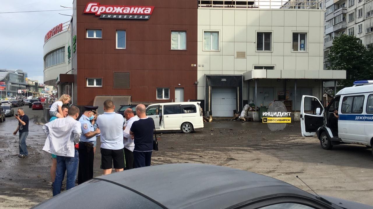 Фото Видео: мощный коммунальный фонтан забил в Новосибирске 2