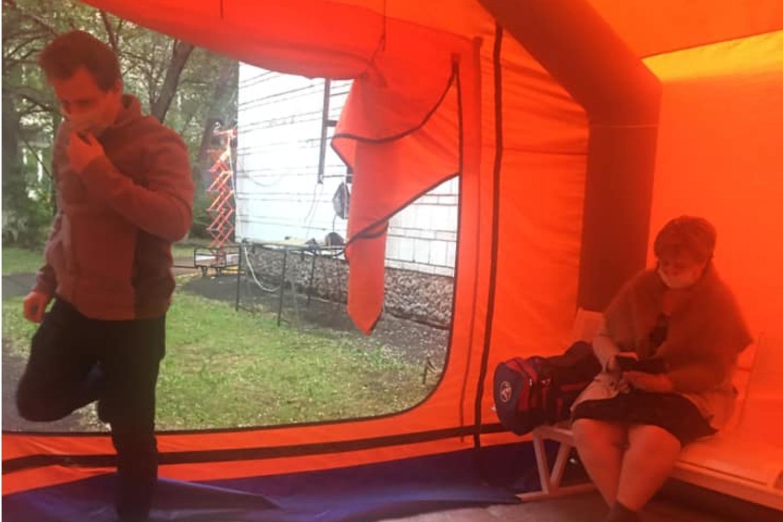 фото Ждали 5 часов: супружеской паре пришлось просидеть до утра в палатке перед ковидным госпиталем в Новосибирске 3