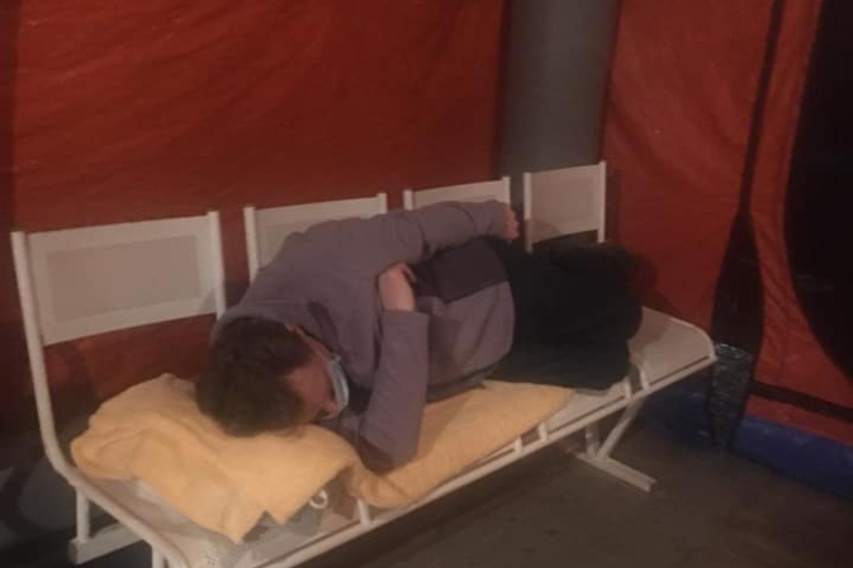 фото Ждали 5 часов: супружеской паре пришлось просидеть до утра в палатке перед ковидным госпиталем в Новосибирске 4