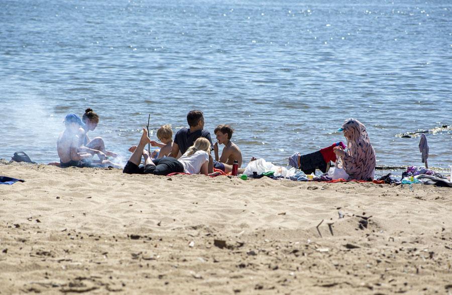фото На пляже перед бурей: новосибирцы массово нарушили режим самоизоляции и отправились переждать жару у воды 7