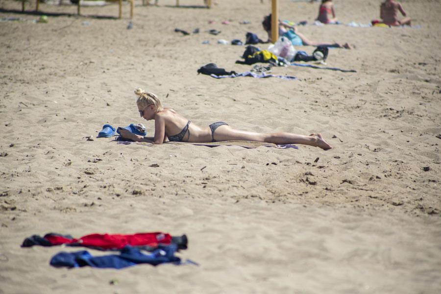 фото На пляже перед бурей: новосибирцы массово нарушили режим самоизоляции и отправились переждать жару у воды 8