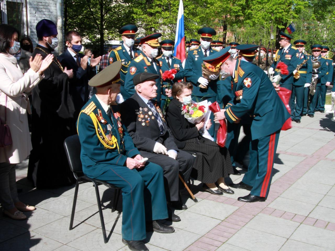 Фото Росгвардейцы устроили парад у подъездов ветеранов в Новосибирске 2