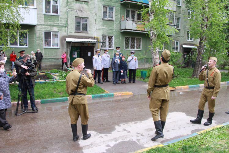 Фото Росгвардейцы устроили парад у подъездов ветеранов в Новосибирске 3