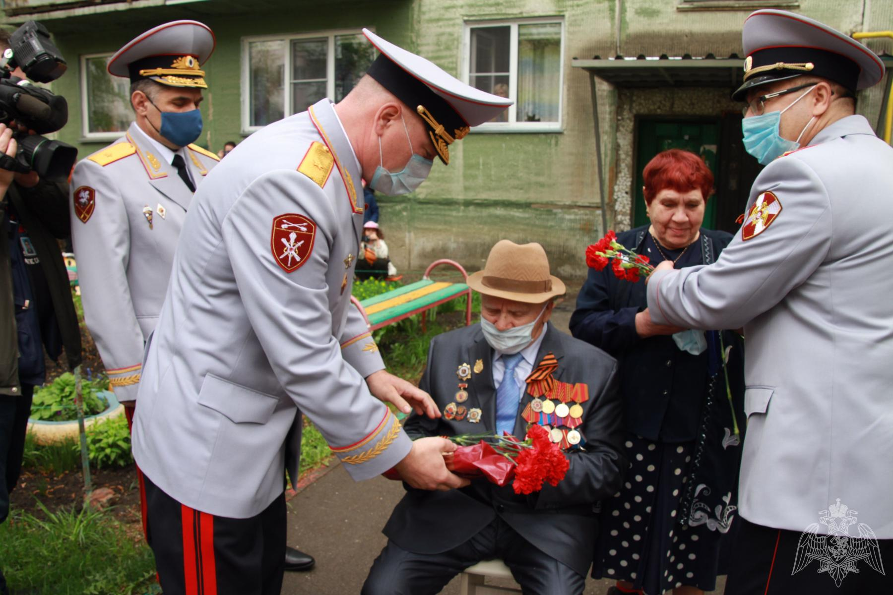 Фото Росгвардейцы устроили парад у подъездов ветеранов в Новосибирске 4